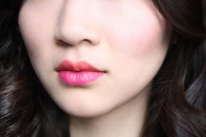 Duo-toned-bright-lipstick